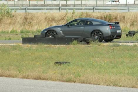 """Com as """"ajudas"""" desligadas o GT-R é um devorador de pneus"""