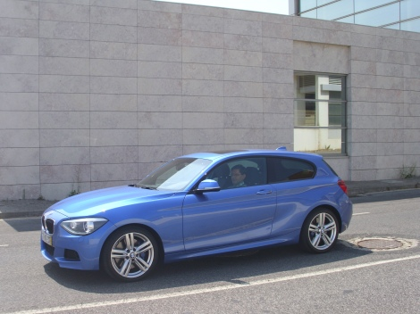 """Lá dentro, o BMW 125d tem um """"kit"""" desportivo de eleição"""