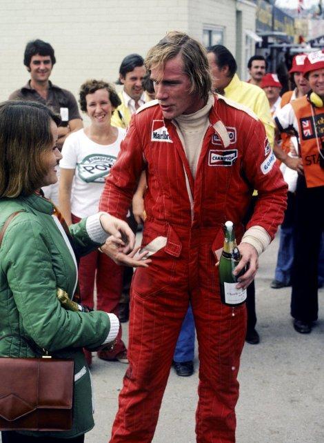 GP da Grã-Bretanha 1976 com o champanhe da vitória na mão