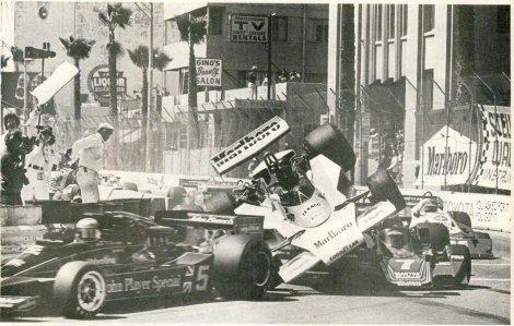 """Hunt """"The Shunt"""" em voo em plena largada do GP dos Estados Unidos de 1977"""