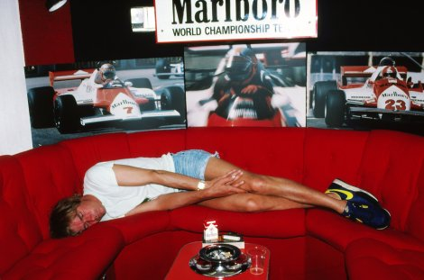 """Hunt deixou a F1 em 1979 mas continuou a acompanhá-la como comentador e a fazer as mesmas """"cenas"""" do costume, como se vê na foto, tirada em Espanha, no GP de 1981"""
