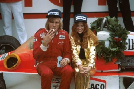"""No Grande Prémio dos Estados Unidos Este de 1976 depois da vitória com o cigarrnho e a """"girl"""" da ordem e uma """"bejeca"""" na mão"""