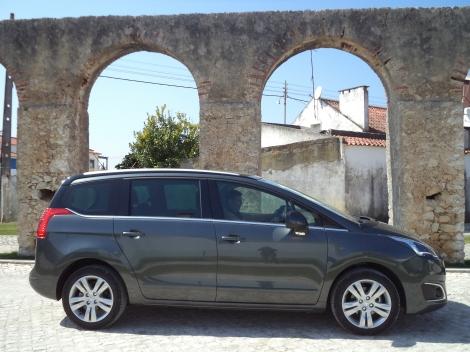 O Peugeot 5008 é ágil em regimes contidos e sem exageros