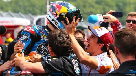 Marc Márquez felicita o irmão Alex após este vencer a corrida de Moto3