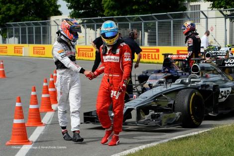 Button (4º) e Alonso (6º) cumprimentam-se no final da corrida