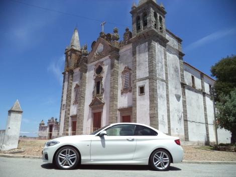 O BMW 220d Coupé junto à Igreja Matriz do Salvador de Alcáçovas