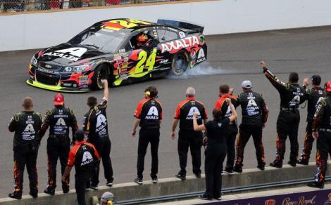 Jeff Gordon festeja com a equipa o seu quinto triunfo em indianapolis