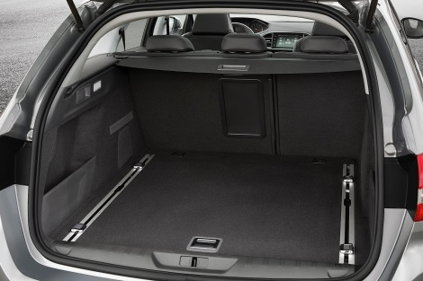 A bagageira tem um volume normal de 610 litros mas pode crescer quase o dobro