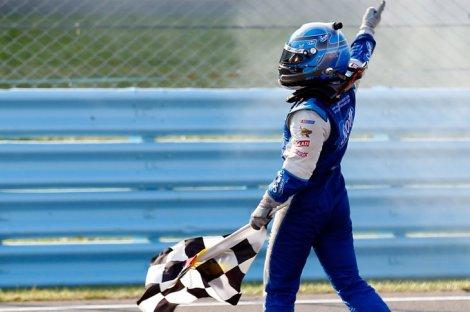 AJ Allmendinger festeja o seu primeiro triunfo na Nascar