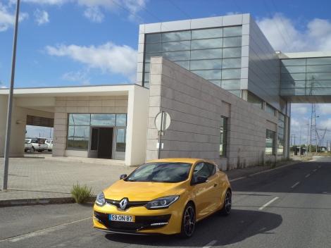 O Renault Mégane Coupé R.S. recebeu uma cara nova mas  no resto continua sem alterações
