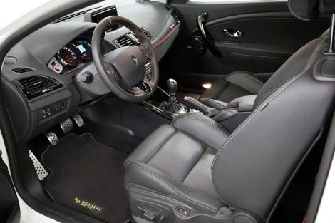 O interior do Mégane R.S. mantém-se igual e só o R-Link é novidade