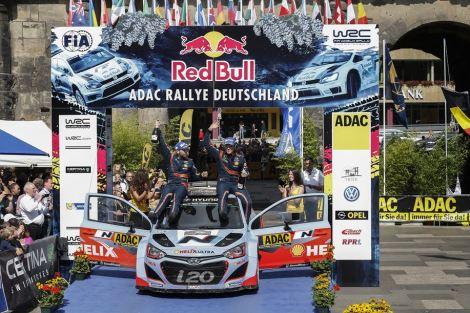 Thierry Neuville festeja no pódio alemão a sua primeira vitória e da Hyundai no WRC