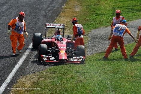 Fernando Alonso desistiu pela primeira vez desde 2010 com problemas mecânicos