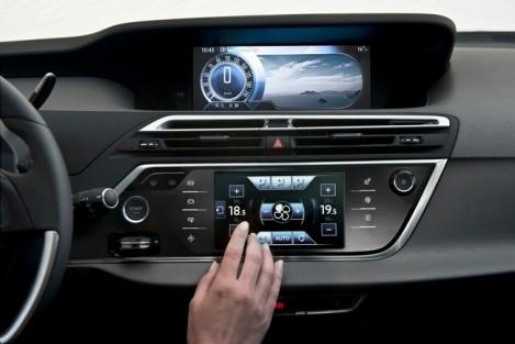O Grand C4 Picasso tem dois écrãs de grandes dimensões à disposição do condutor