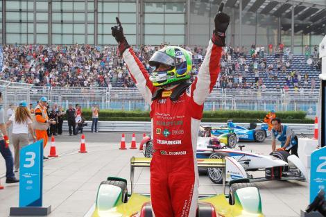 Lucas di Grassi festeja o triunfo em Beijing na Formula E