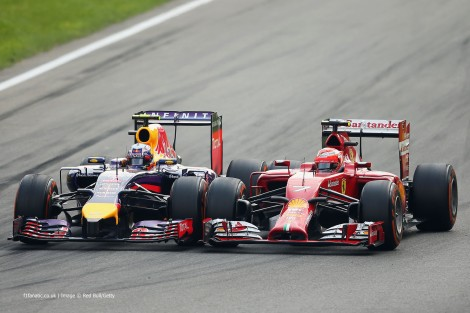 Uma das muitas lutas da corrida, esta entre Ricciardo e Raikkonen