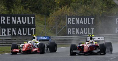 Merhi, na foto em luta com Rowland, ficou mais perto de Sainz Jr. no campeonato de FR 3.5 V6
