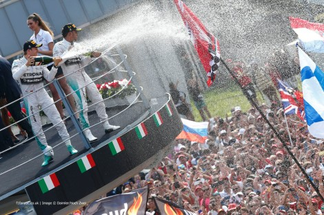 Rosberg e Hamilton como dois bons amigos em pleno pódio de Monza...