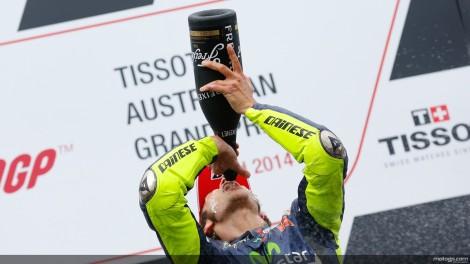 Valentino Rossi bebe o champanhe do seu sexto triunfo em Philip Island