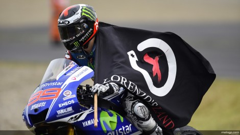 Jorge com a bandeira do seu país, a LorenzoLand, depois do segundo triunfo consecutivo