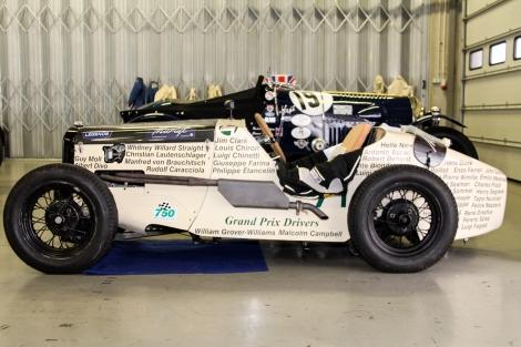 Austin Seven decorado com os nomes de mais de uma centena de pilotos das primeiras décadas do automobilismo mundial
