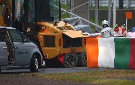 O Marussia ficou sob o trator-grua que puxava o Sauber de Sutil