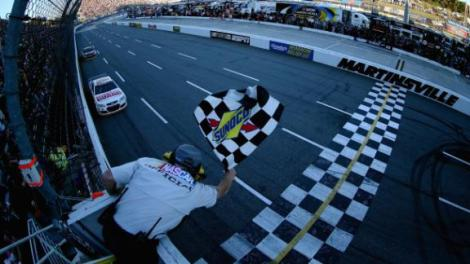 Dale Earnhardt Jr. recebe a bandeira de xadrez na vitória de Martinsville