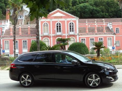 Este 308 SW custa cerca de 6.000 euros a mais que a versão equivalente com motor 1.6 e-HDI