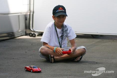 """Fabian Vettel aos dez anos a brincar no """"paddock"""" do Hungaroring"""