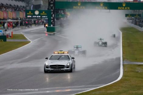 """A chuva e acidentes levaram à permanência do """"safety car"""" em pista durante várias voltas"""