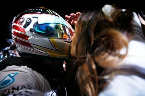 Hamilton recebe o melhor prémio: o beijo de Nicole Scherzinger