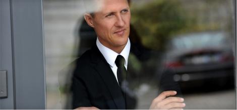 Michael Schumacher está numa cadeira de rodas e não fala