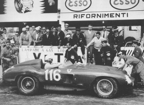 Ao volante de um Ferrari 857 de Sport em 1955