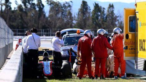 O pessoal da pista fez uma barreira física durante os socorros a Alonso