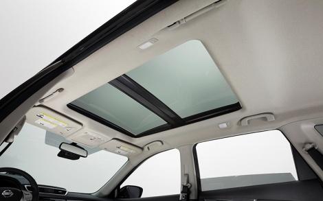 O teto panorâmico é de série nesta versão e permite uma grande luminosidade interior