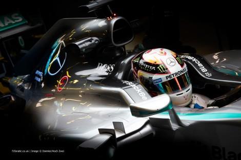 O nome de Lewis Hamilton está a ser de novo dado como próximo da Ferrari