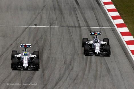 """A luta entre os dois Williams terminou com a """"vitória"""" de Bottas, na foto ainda atrás de Massa"""
