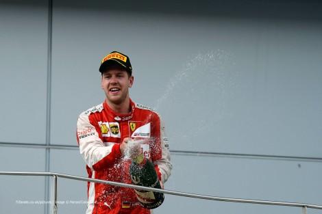 Sebastian Vettel festeja na M;alásia a sua primeira vitória com a Ferrari