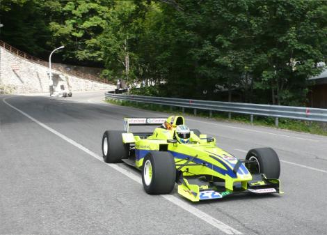 Otakar Krámský ao volante do seu Reynard amarelo-néon