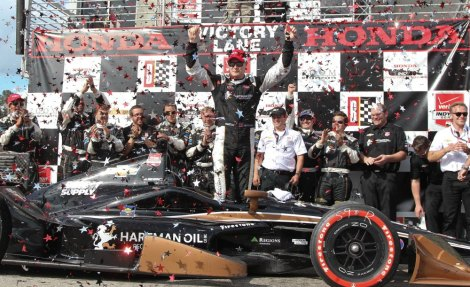 Josef Newgarden festeja o seu primeiro triunfo na IndyCar