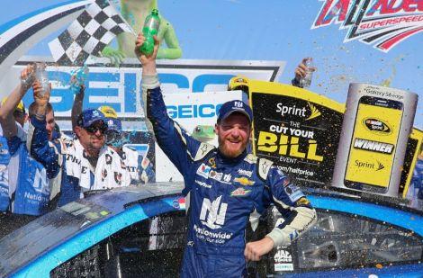 Dale Earnhardt Jr. festeja o seu triunfo em Talladega