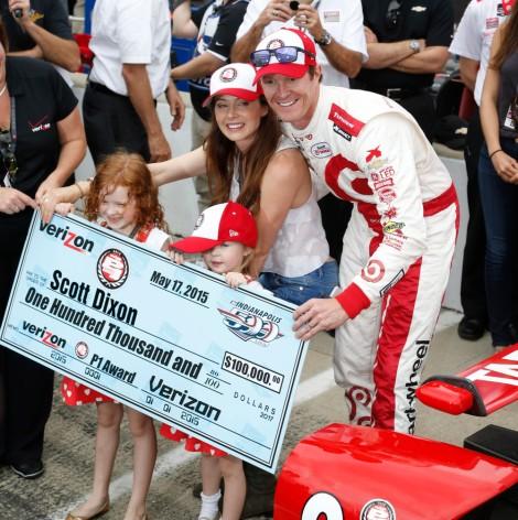 """Scott Dixon mostra o cheque que ganhou com a """"pole"""" para as Indy 500"""