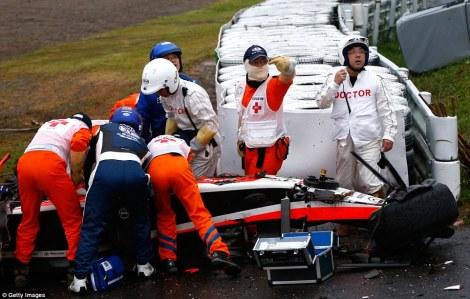 Os médicos socorrem Jules Bianchi pouco após o seu acidente