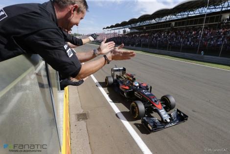A McLaren festeja efusivamente o 5º lugar de Alonso