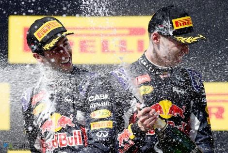 Daniel Ricciardo e Daniil Kvyat dão banho mútuo num pódio pouco usual