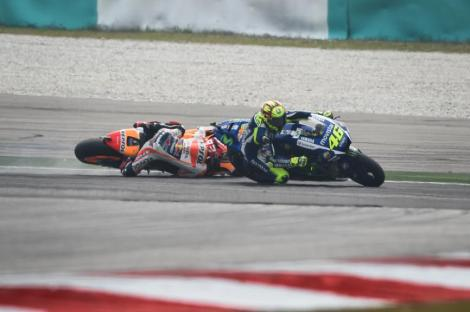 Rossi deitou ao chão Márquez e este caso levantou enorme celeuma em todo o Mundo