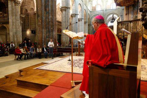 A solene cerimónia no interior da Catedral de Santiago