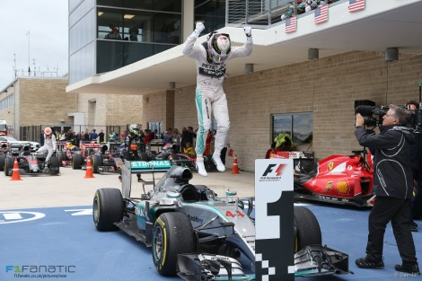 A alegria de Hamilton mal terminou a corrida e chegou ao pit-lane