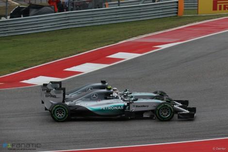 Os dois Mercedes quase se tocaram logo nas primeiras curvas...