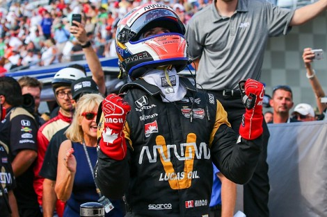 "James Hinchcliffe ""vingou-se"" do azar de 2016 conquistando a ""pole"""